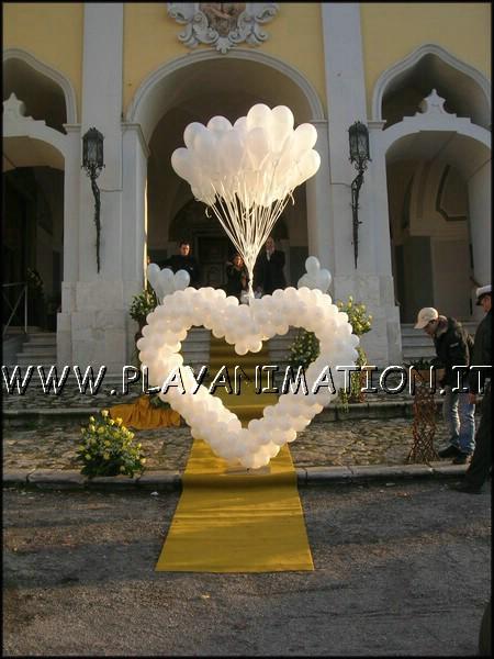 Cuore gigante con palloncini